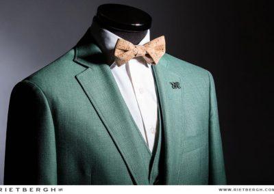 Een groen trouwpak met kurken strik