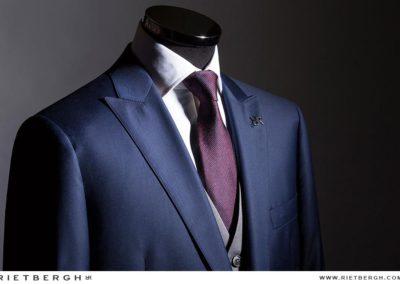 Een driedelig blauw trouwpak