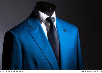 Een felblauw trouwpak