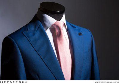 Blauw trouwpak met peachkleurige das