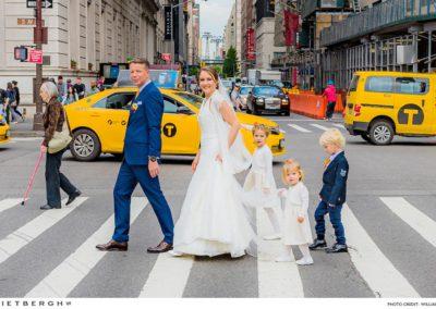 peter in een blauw trouwpak in New York
