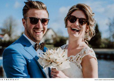 Eelke in een blauw trouwpak met een unieke bowtie
