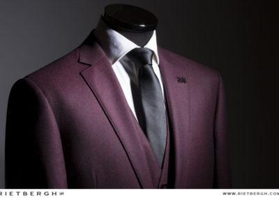 Een burgundy trouwpak