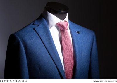 Blauw trouwpak van Rietbergh met roze das