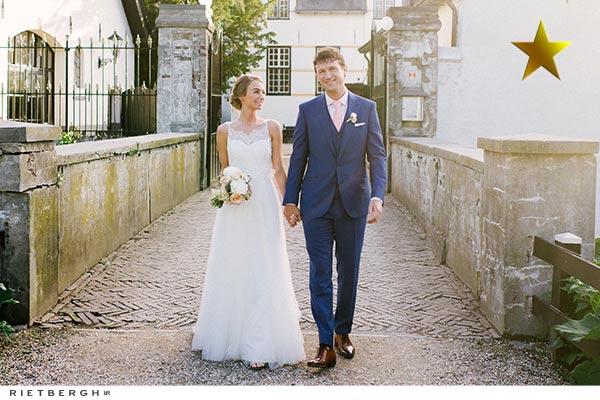 Tim in een blauw trouwpak